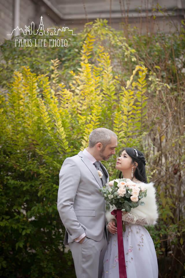 フランス、パリ郊外で挙式したカップル