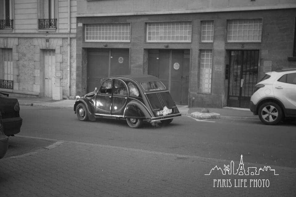 クラシックカーのモノクロ写真